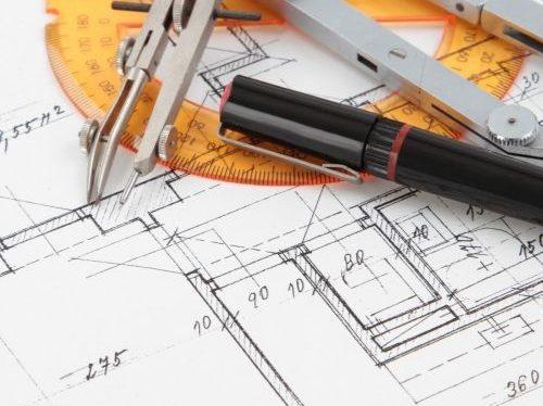 En konstruktionsritning och bläckpennor